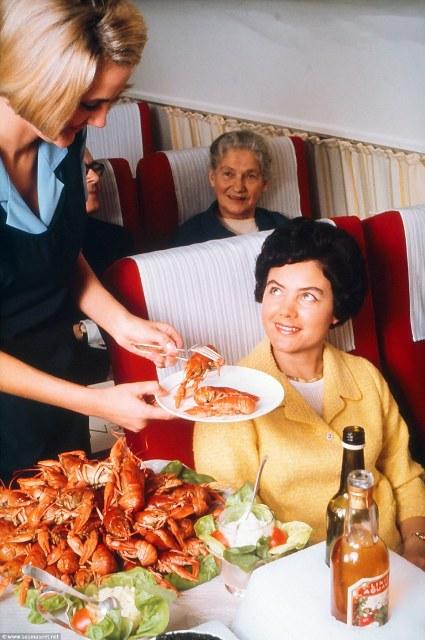 Trong bức ảnh không đề ngày tháng này, một khách hàng đang được phục vụ tôm hùm Na Uy tươi còn nguyên vỏ. Hai chai rượu khai vị được đặt trên xe đẩy