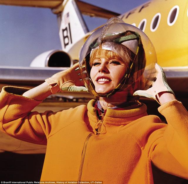 Một nữ tiếp viên phi hành đoàn của hãng hàng không Braniff International Airways còn đội chiếc mũ bảo hiểm lấy cảm hứng từ mũ của những nhà du hành vũ trụ. Trang phục cũng do Emilio Pucci thiết kế năm 1965.