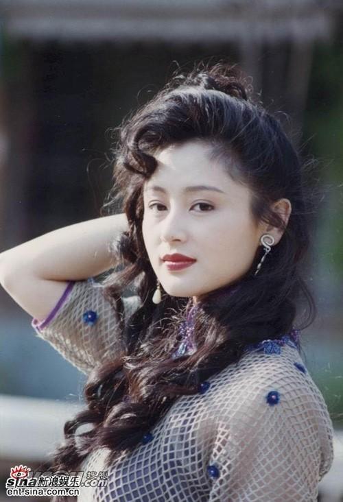 Trong showbiz Hoa ngữ, nhắc đến giai nhân tuổi Thân tài giỏi, khó có thể bỏ qua cái tên Trần Hồng. Nữ diễn viên sinh năm 1968 một thời là ngọc nữ màn ảnh. Ở tuổi 48, cô hạnh phúc bên đạo diễn Trần Khải Ca. Ảnh: Sina.