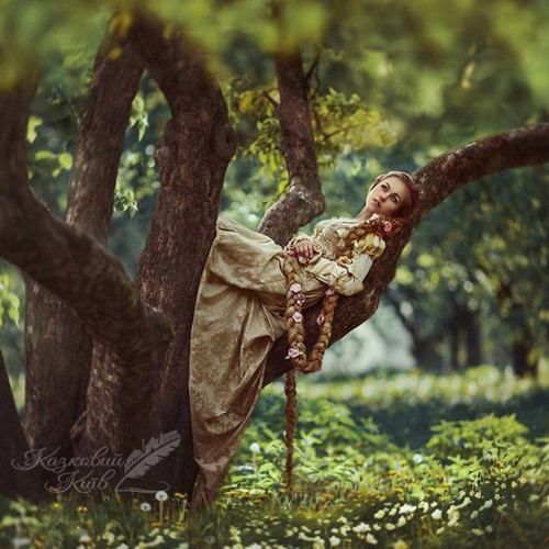 Nàng công chúa tóc mây Rapunzel đang mơ màng trong khu rừng.