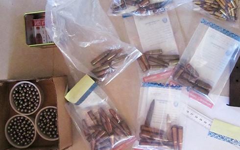 500 viên đạn các loại được cảnh sát thu giữ tại nhà trung tá Thi. (Ảnh: VOV)