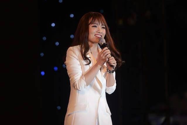 Idol Nhật Thủy xinh đẹp, rạng rỡ trong đêm Lễ hội tắt đèn