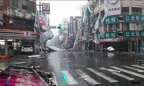 Quang cảnh một khu phố ở Đài Loan bị tan hoang vì siêu bão Nepartak.