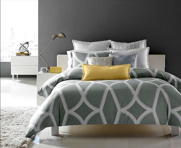 Những chiếc gối trang trí với hình dạng và kích cỡ khác nhau cho chiếc giường một vẻ hiện đại.