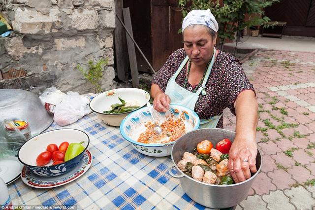 Một người phụ nữ Digan đang chuẩn bị bữa ăn