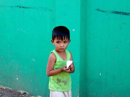 Một cậu bé người địa phương ở khu vực cảng của thành phố Puerto Princesa, Palawan