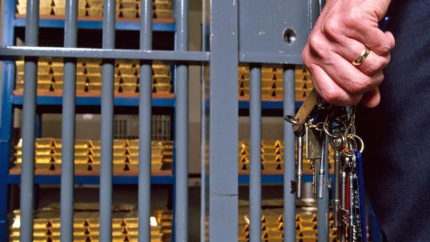 Cho rằng các thiết bị an ninh điện tử không an toàn, ngân hàng Anh còn sử dụng cả những chiếc chìa khóa dài đến 1m để mở các hầm vàng.