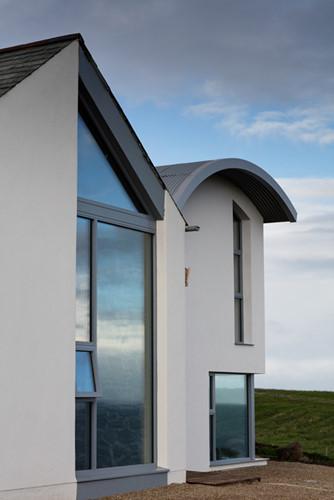 Các kiến trúc sư đã khéo léo kết hợp những mảng kính lớn và tường bao quanh nhà để có được một tầm nhìn đẹp nhất cho người sử dụng