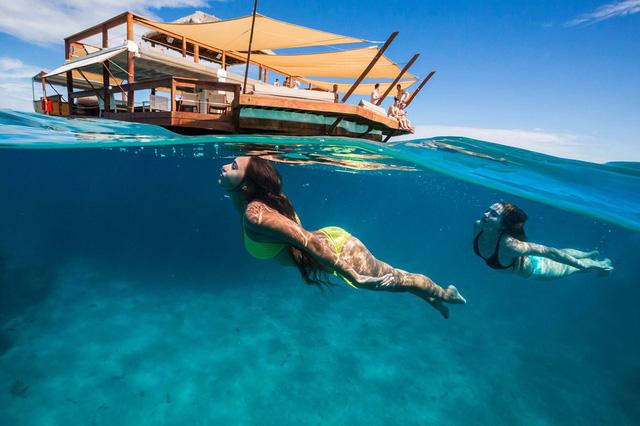Du khách có thể bơi lặn xung quanh khu vực quán bar