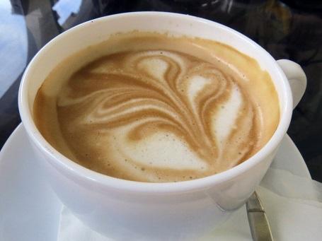 Người dân Cuba thường uống cà phê Con Leche trong bữa sáng. Cà phê sữa dùng cùng Tostada – bánh mì nướng phết bơ.