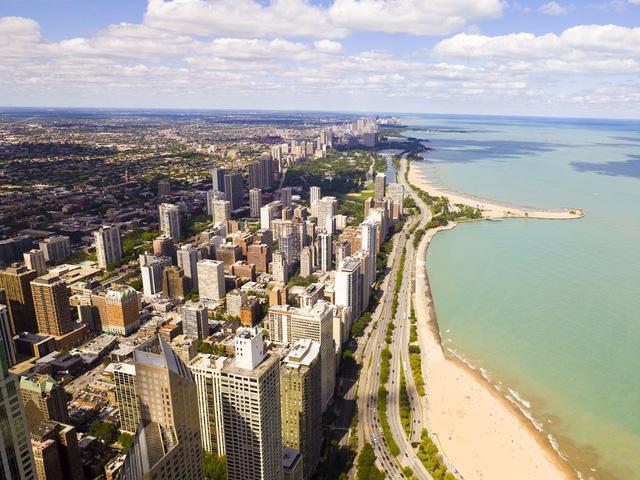 Thành phố Chicago nằm trên bờ hồ Michigan ở Illinois, là thành phố lớn thứ ba ở Mỹ. Chicago là nơi với những tòa nhà chọc trời tuyệt đẹp và sân vận động thể thao nổi tiếng như Wrigley Field và Soldier Field.