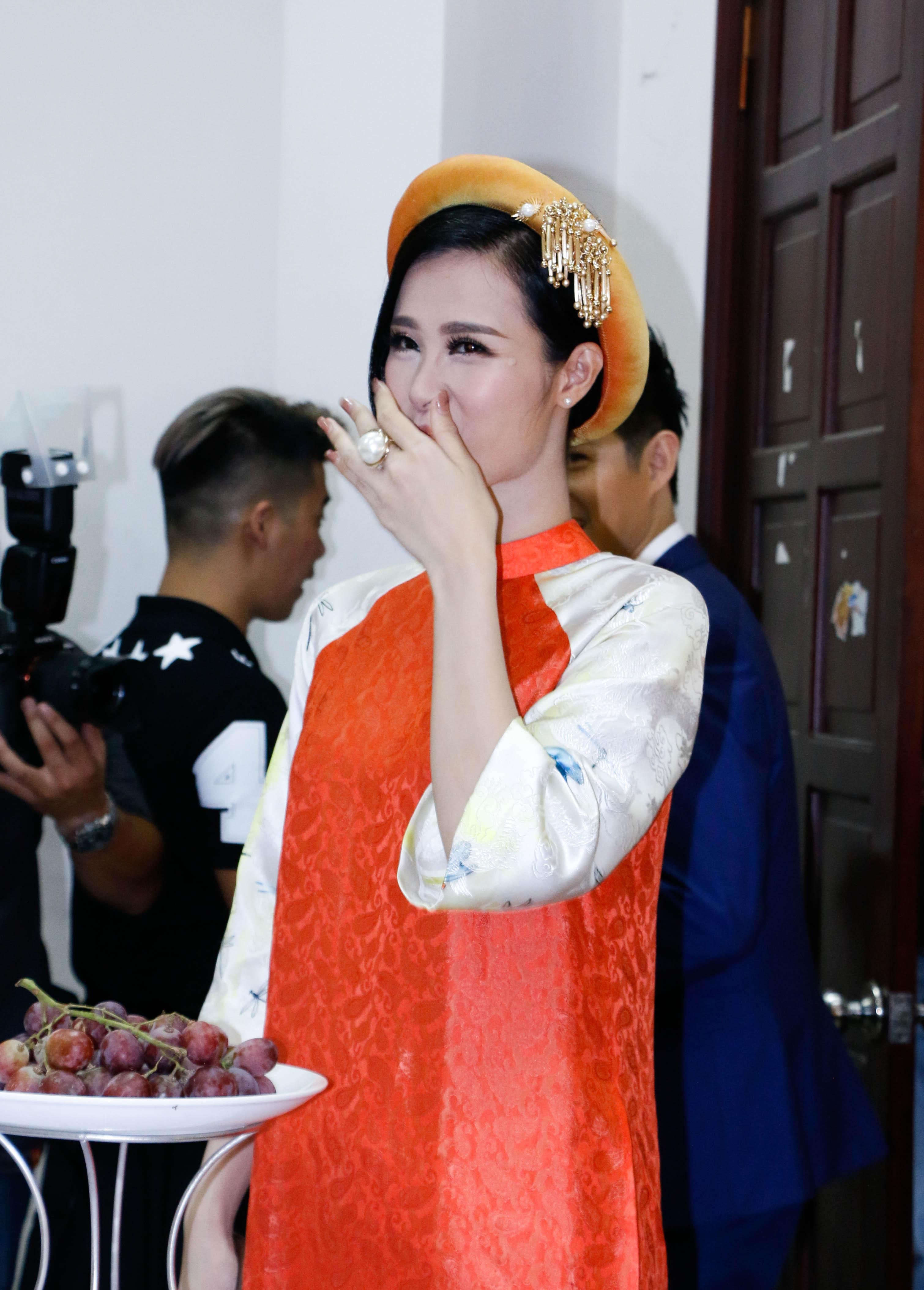 Vừa mới xuất hiện, Đông Nhi đã hứng lấy lời gièm pha của nam ca sĩ Cause I love you. Anh cho rằng, Đông Nhi mặc lại trang phục của ca sĩ Tóc Tiên.