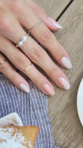 Với cái nhìn đầu tiên, mẫu móng tay này giống thật đơn giản với màu trắng và màu hồng nhạt. Nhưng hãy nhìn kỹ hơn, bạn sẽ thấy sự tinh tế và lộng lẫy của nó.