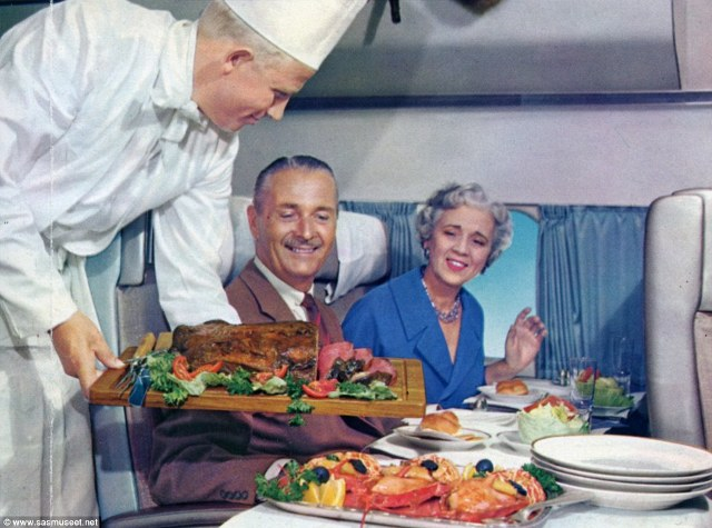 Hai vợ chồng trong bức ảnh những năm 1950s đang lựa chọn thịt hay tôm hùm cho bữa ăn của mình