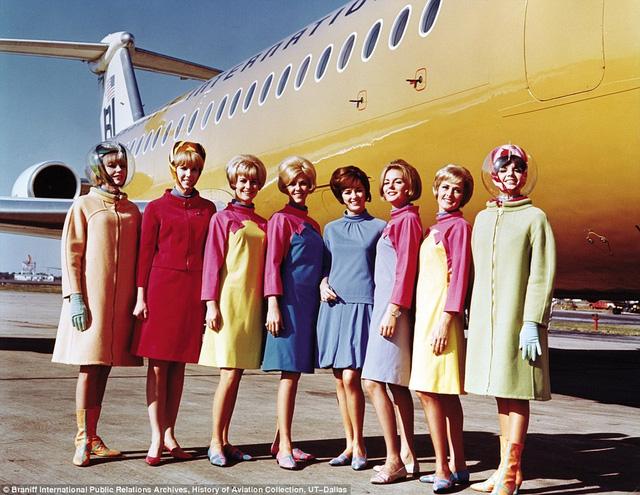 """Trang phục hàng không """"bảy sắc cầu vồng"""" từng gây sốc trong ngành công nghiệp hàng không. Ảnh chụp năm 1965."""