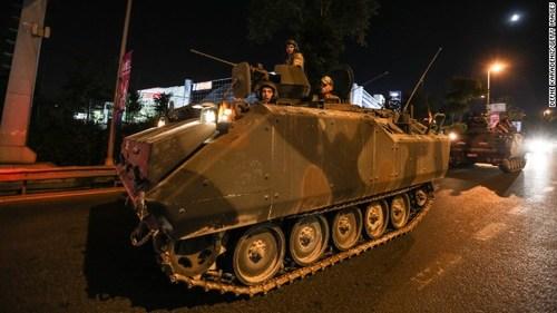 Quân đội Thổ Nhĩ Kỳ sử dụng rất nhiều xe tăng và di chuyển trên đường phố Istanbul.
