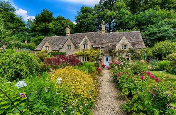 Những ngôi nhà cổ kính với vườn cây đầy hoa lá luôn hấp hẫn khách du lịch.
