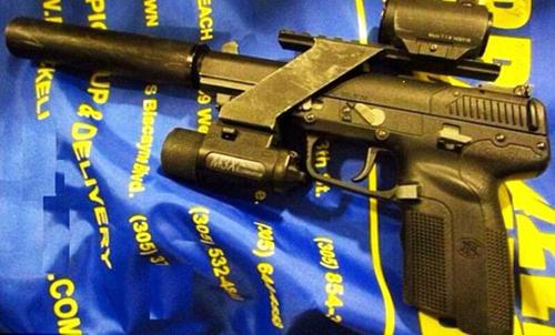 Khẩu súng được tìm thấy trong tình trạng đã lên đạn tại sân bay quốc tế Miami. (Ảnh: TSA)