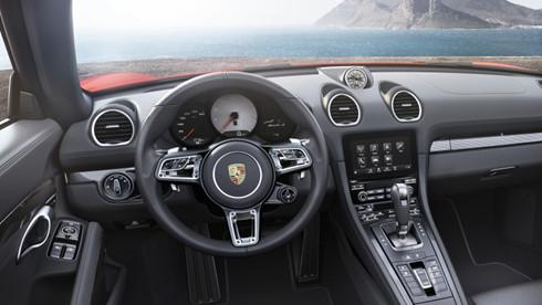 Bên trong là hệ thống giải trí truyền thông Porsche Communication Management với màn hình cảm ứng cùng tùy chọn điều hướng bổ sung