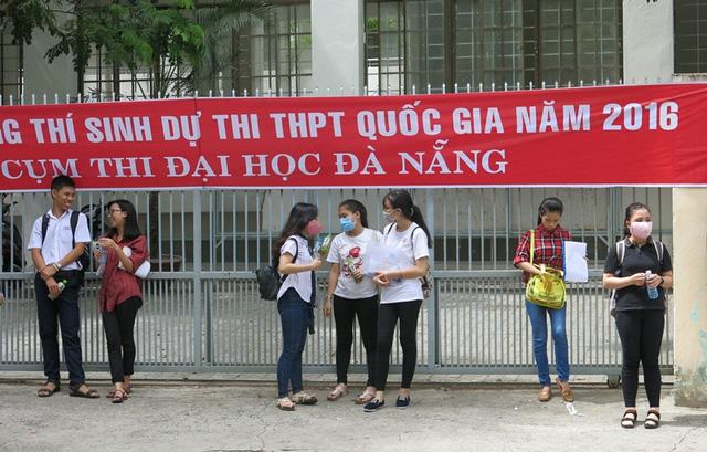 Nhiều thí sinh ở Đà Nẵng ra sớm trước khi hết giời làm bài thi môn Văn