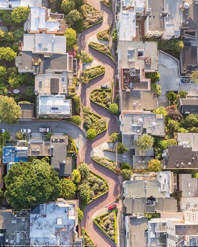 Hình ảnh con đường ngoằn nghoèo ở phố Lombard, San Francisco, Mỹ được chụp từ trực thăng.