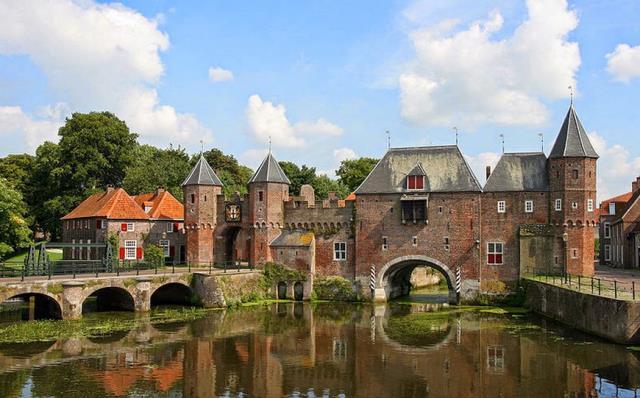 Có hàng trăm lâu đài trên khắp đất nước
