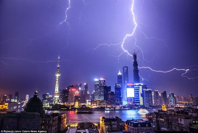 Sấm chớp bủa vây tạo thành vệt dài tới tận đường chân trời ở Thượng Hải