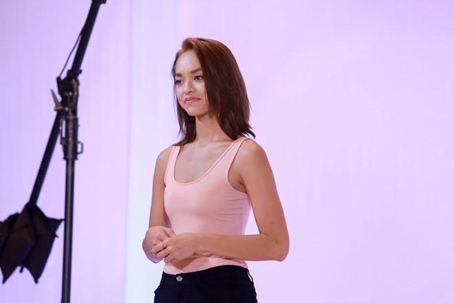 Thí sinh Quỳnh Mai ở phần thi chụp ảnh mặt mộc nhận được sự quan tâm của ba huấn luyện viên.