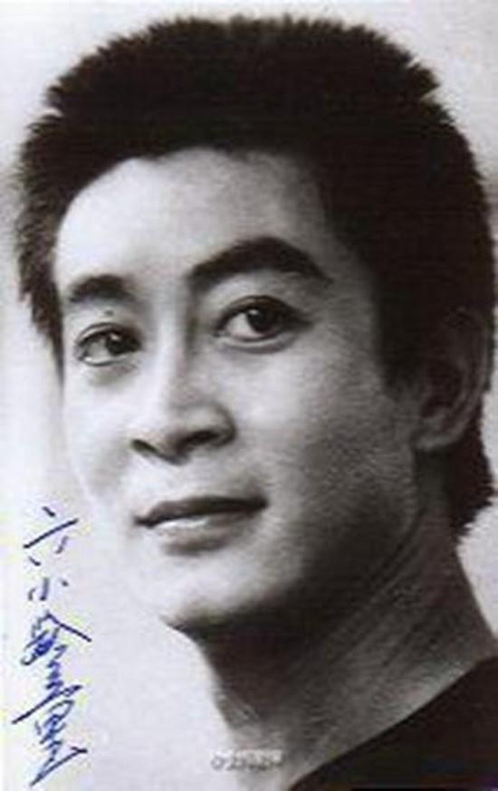 Truyền thông cho rằng, ở tuổi đôi mươi, Lục Tiểu Linh Đồng có dáng vẻ thư sinh và điển trai với đôi mắt sáng và khuôn miệng nhỏ.