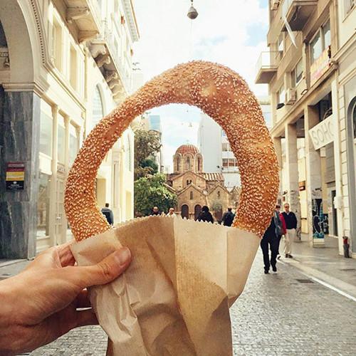 Bánh mỳ hình vòng Koulouri là đặc sản ở Athens, Hy Lạp.