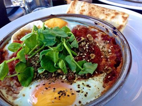 Bữa sáng phổ biến ở Israel là món có tên Shakshuka: gồm trứng nấu cùng sốt cà chua cay dùng kèm bánh mì.