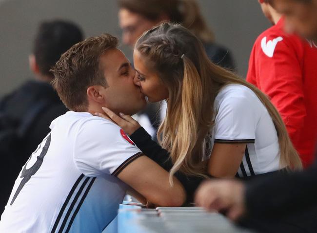 Mario Gotze đã quá quen thuộc với những nụ hôn trên khán đài cùng cô bạn gái Ann Kathrin Brommel