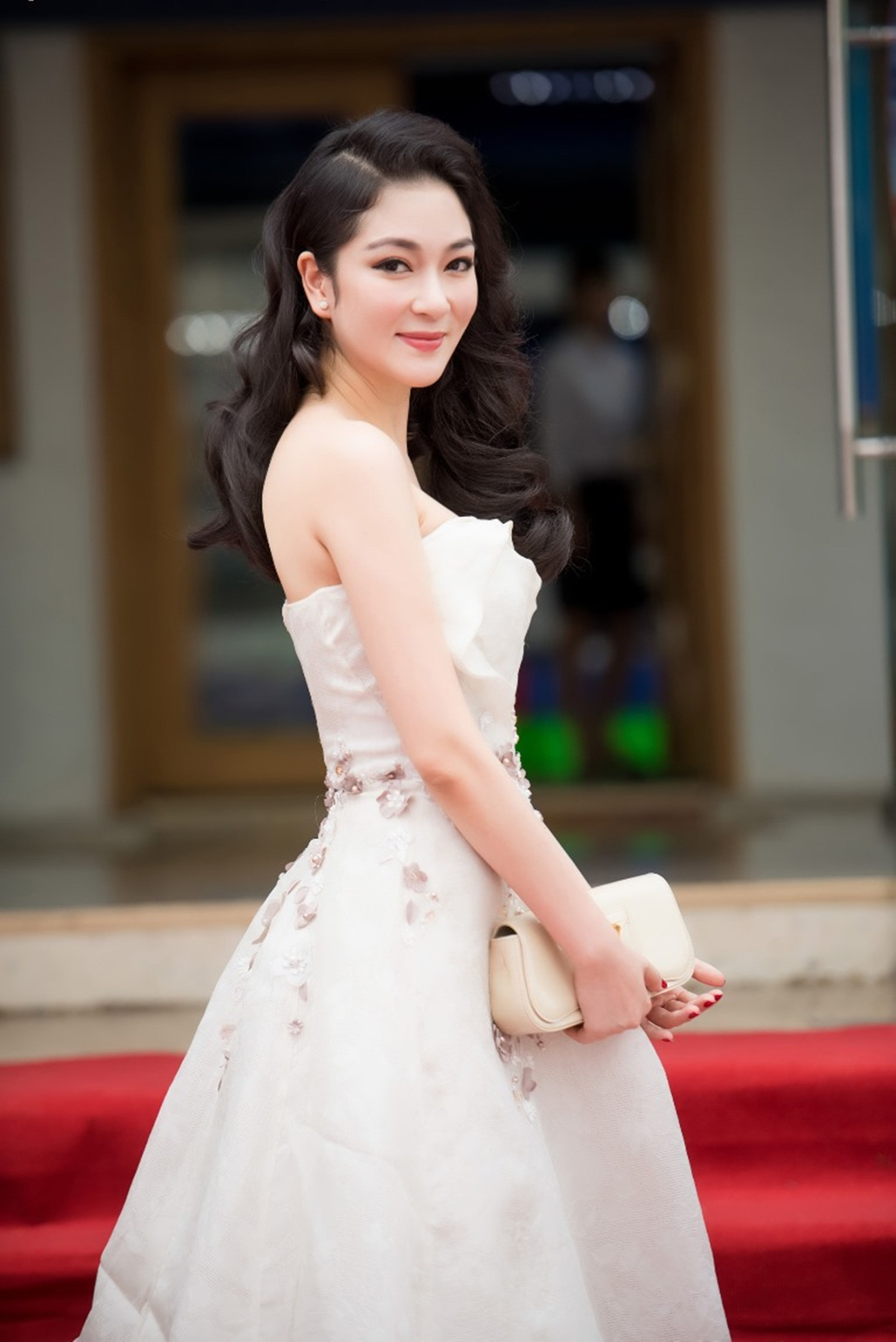 Tháng 5 vừa qua, cô cũng dự tiệc đón tiếp đại sứ các nước thám hiểm Sơn Đoòng. Nguyễn Thị Huyền gây chú ý khi vẫn sở hữu vẻ đẹp nữ tính, quyến rũ và ngày càng mặn mà của người phụ nữ trưởng thành.