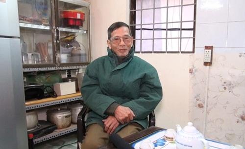 Tầng hai là nơi ông tiếp khách bên chiếc bàn con cũ kỹ. Đây cũng là nơi nấu nướng, ăn uống của Trần Hạnh.