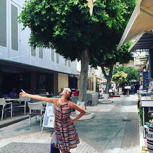 Huma như đang cùng chồng tận hưởng kỳ nghỉ trăng mật trên đường phố Hy Lạp.