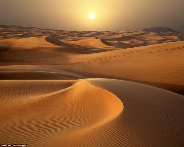Những tia nắng cuối ngày của mặt trời chiếu rọi lên những cồn cát trên sa mạc ở Dubai.