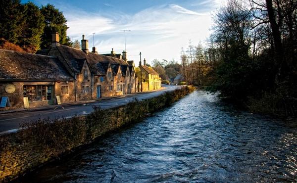 Với dòng sông tuyệt đẹp uốn lượn chạy qua ngôi làng, Bibury mang vẻ lãng mạn đặc biệt và là nơi giúp người ta trải nghiệm không khí yên bình của vùng quê nước Anh.