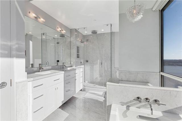 13 phòng tắm đều thiết kế rộng rãi, lát đá cẩm thạch sang trọng