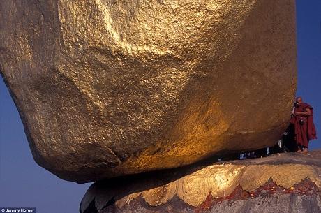 Một nhà sư thực hiện cuộc hành hương tìm đến chùa Kyaiktiyo, hay còn gọi là chùa đá vàng của Myanmar. Một sợi tóc của Đức Phật được cho là đã khiến tảng đá vàng khổng lồ này khỏi rơi xuống vách núi và cứ thế tọa lạc trong một trạng thái chênh vênh nhưng bền vững từ bao đời nay.