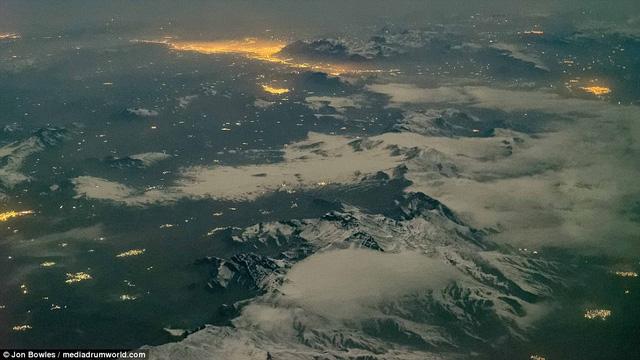 Sự tương phản hoàn hảo giữa ánh sáng và điện là những dãy núi. Hình ảnh chụp từ trên cao của thành phố Sandanaj, Iran.