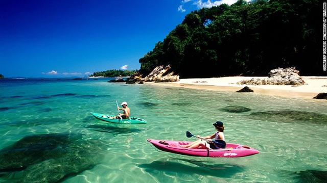 """Quần đảo Trang được so sánh với """"nàng công chúa ngủ quên"""" thuộc miền đông nam Thái Lan, nơi chưa nhiều du khách biết tới. Bạn có thể thuê thuyền gỗ ra biển để ngắm loài bò biển quý hiếm."""