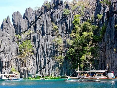Thuyền thả du khách xuống bơi tại đầm Twin, đảo Coron