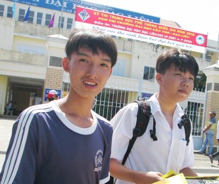 Nhiều thí sinh Bạc Liêu ra sớm trong tâm trạng rất thoải mai trong buổi thi môn Ngữ Văn. (Ảnh: Huỳnh Hải)