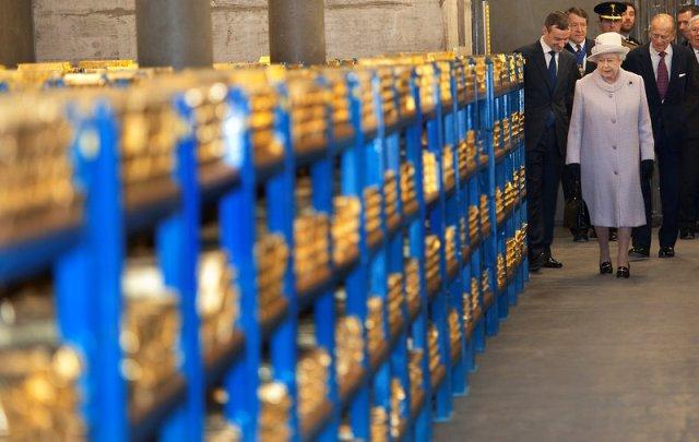 Nhưng khó khăn hơn việc tìm kiếm phương tiện chuyên chở vàng đó là tìm một nơi giữ vàng. Vì phần lớn đất nền thành phố London là đất sét nên bị hạn chế về lượng vàng xếp trong hầm, nếu không muốn cả hầm vàng chìm vào trong lòng đất. Trong ảnh là Nữ hoàng Elizabeth II và Công tước xứ Edinburgh trong một chuyến đến thăm hầm vàng của ngân hàng Anh.