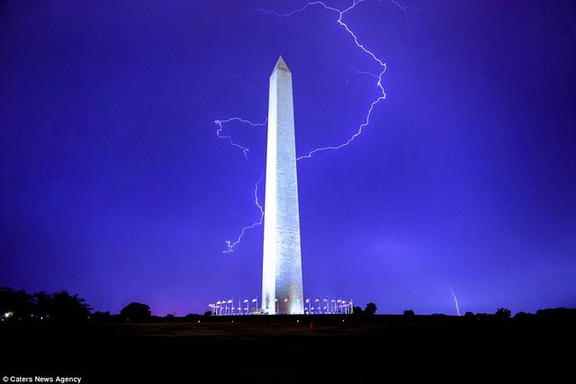 Đài tưởng niệm Washington được thắp sáng màu tím sẫm huyền diệu