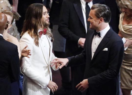 Leonardo vui mừng chào Jared Leto tại Oscar 2014