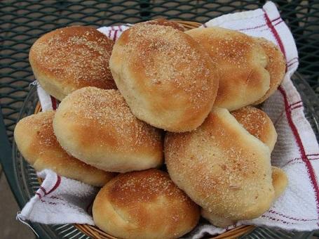 Người dân Philippines thường ăn món Pandesal vào bữa sáng. Đây là món bánh mì tròn làm từ bột, trứng, men, đường và muối. Món này thường được dùng kèm café và sữa.