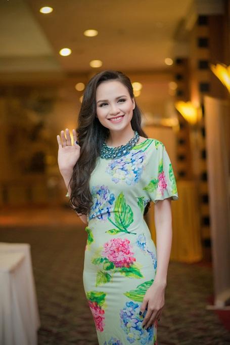 Hoa hậu Diễm Hương yêu kiều với má lúm (Ảnh: Lê Chí Linh)