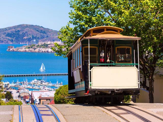Du khách đến thăm San Francisco, California, có thể ngắm nhìn cảnh quan tuyệt đẹp của Thái Bình Dương. Thành phố này khung cảnh đầy mê hoặc và những dãy núi, những con đường mòn rất dài để du khách khám phá.