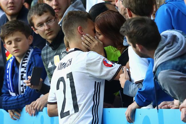 Cầu thủ trẻ Kimmich cũng lên khán đài khóa môi bạn gái
